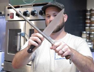 לא בתמונה: עוד סכין. כי מסתבר שסכינים לא מתחדדות על סכינים  אחרים אלא על שטולים ומשחזות.